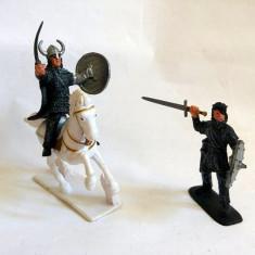 3 figurine plastic: un cal si 2 vikingi, cca 7cm inaltime