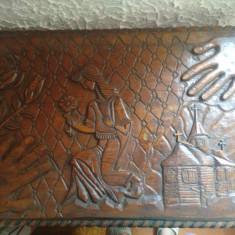 Masa din lemn sculptat, model deosebit