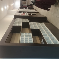 Vand mobilier comercial, complect, pentru magazin de haine si nu numai.