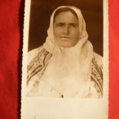 Fotografie- Femeie in costum popular romanesc , cu marama