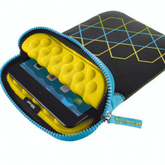 Husa tableta Trust 19694 Anti-shock Bubble Sleeve hexagons neagra pentru 7 - 8 inch