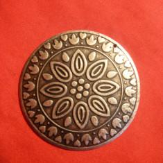 Medalion metal si email, d= 5, 3 cm, cu ornamente incrustate