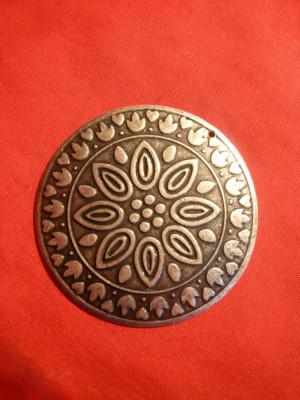 Medalion metal si email , d= 5,3 cm , cu ornamente incrustate foto