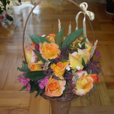Cos cu flori (trandafiri)