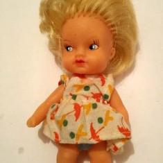 Papusa / papusica blonda, veche, vintage, 10 cm, cauciuc, haine originale