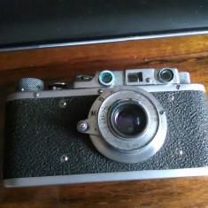 Aparat foto vechi cu husa din piele de protectie