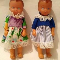 2 papusi, gemene, 11 cm, cauciuc, maini si picioare mobile, hainele originale - Papusa