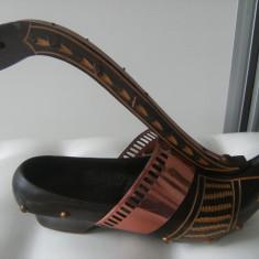 Deosebit pantof din lemn si alama, vechi, pt.chei, lucrat manual, de colectie/decor