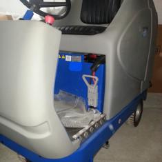Masina profesionala cu acumulatori pentru spalat-aspirat pardoseli