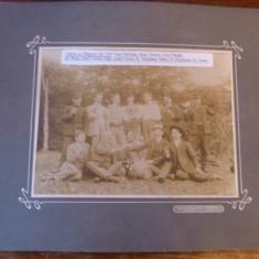 Fotografie originala tablou carton Saliste Sibiu tineri la picnic sticle de vin
