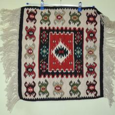 Tesatura decorativa, lucrata manual cu motive folclorice 50cm x55cm - Covor vechi