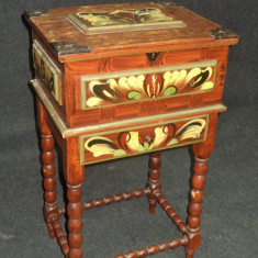 Eleganta masuta casetata pictata manual cu picioare sculptate