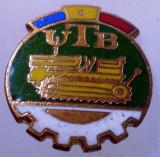 I.194 INSIGNA ROMANIA AUTO UTB UZINA TRACTORUL BRASOV TRACTOR V1 h19mm email, Romania de la 1950