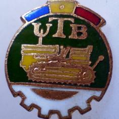 I.126 INSIGNA ROMANIA AUTO UTB UZINA TRACTORUL BRASOV TRACTOR V1 h19mm email