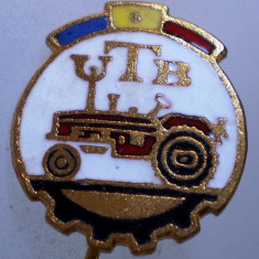 I.201 INSIGNA STICKPIN ROMANIA AUTO UTB UZINA TRACTORUL BRASOV TRACTOR V2 h19mm, Romania de la 1950