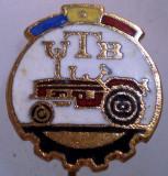 I.200 INSIGNA STICKPIN ROMANIA AUTO UTB UZINA TRACTORUL BRASOV TRACTOR V2 h19mm, Romania de la 1950
