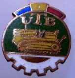 I.012 INSIGNA ROMANIA AUTO UTB UZINA TRACTORUL BRASOV TRACTOR V1 h19mm email, Romania de la 1950