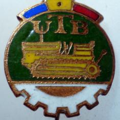 I.182 INSIGNA ROMANIA AUTO UTB UZINA TRACTORUL BRASOV TRACTOR V1 h19mm email, Romania de la 1950