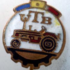 I.217 INSIGNA STICKPIN ROMANIA AUTO UTB UZINA TRACTORUL BRASOV TRACTOR V2 h19mm