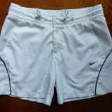 Pantaloni scurti Nike; marime XS: 68 cm talie, 34 cm lungime etc.; impecabili