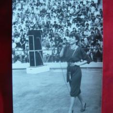Fotografie Corina Chiriac - in concert pe stadion, dim.= 11, 3x17 cm - Autograf