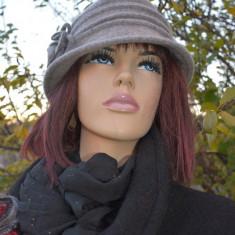 Caciula de dama din lana cu floare din tesatura, de culoare gri (Culoare: GRI, Marime: UNIVERSAL) - Caciula Dama