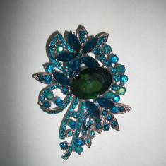 Brosa din cristale deosebite, de culoare turcoaz sau multicolore (Culoare: TURCOAZ) - Brosa Fashion