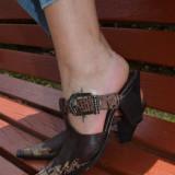 Sanda rafinata, din piele maro, alb, cu design color (Culoare: MARO INCHIS, Marime: 39) - Papuci dama
