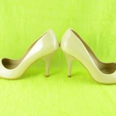 Pantof tip stiletto cu toc inalt, de culoare bej, cu aspect lacuit (Culoare: BEJ, Marime: 39) - Pantof dama