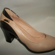 Pantof cu toc mediu, de nuanta bej-maro, cu un pandativ auriu (Culoare: BEJ-MARO, Marime: 35) - Pantof dama