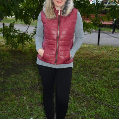 Vesta de fas cu fermoar in fata si gluga detasabila, nuanta marsala (Culoare: MARSALA, Marime: L-40) - Jacheta dama