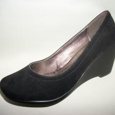 Pantof cu toc mediu-jos, decupati rotund, in nuante de negru, maro (Culoare: NEGRU VELUR, Marime: 37) - Pantof dama