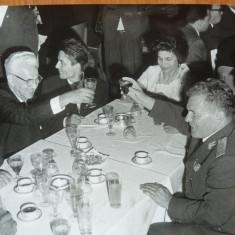 Gheorghiu Dej cu nomenclatura la restaurant, 2 fotografii - Autograf
