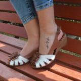 Sandale cu toc ortopedic mediu,din piele naturala, decorate cu o floare (Culoare: MARO-ALB, Marime: 40)