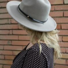 Palarie chic din stofa nisipie cu curea neagra aplicata, de toamna (Culoare: NISIPIU, Marime: UNIVERSAL) - Palarie Dama