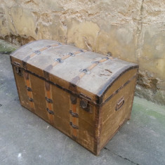 Lada veche de calatorii / cufar vechi, antic