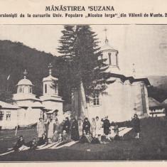 MANASTIREA SUZANA GRUP EXCURSIONISTI UNIV. POPULARA N. IORGA - VALENII DE MUNTE - Carte Postala Muntenia dupa 1918, Necirculata, Printata