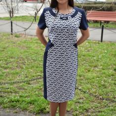 Rochie trendy de birou, culoare bleumarin cu design de dungi albe (Culoare: BLEUMARIN, Marime: 54) - Rochie office, Marime: 38