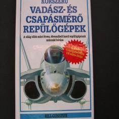 Avioane  moderne  de  vanatoare si de lupta. Prezinta 53 avioane de lupta.