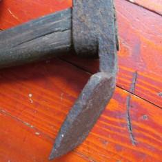 Scule / unelte - Veche tesla cu maner realizata manual la forja si nicovala ! - Metal/Fonta