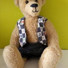 (M) Urs ursulet de plus, cu vesta si pantaloni, foarte frumos realizat, decor - Jucarie de colectie