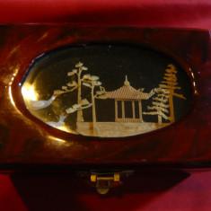 Caseta veche pt.Bijuterii din lemn lacuit, cu fereastra ornament- peisaj- China