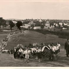 Suceava - Pionieri mergand spre Cimitirul Eroilor - Fotografie, Alb-Negru, Romania de la 1950
