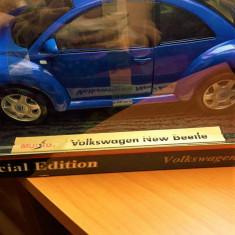 VOLKSWAGEN NEW BEETLE - BROSCUTA- MACHETA MAISTO 1/18 IN CUTIE - Macheta auto