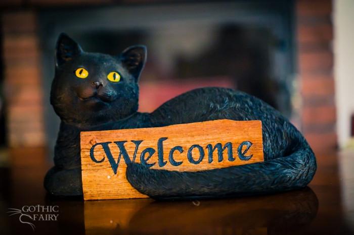 Statuetă pisică cu semn Bine ați venit foto mare