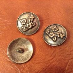 Lot 3 bucati - nasturi din metal cu motiv floral / flori !