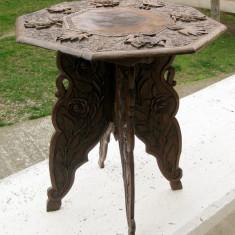 Masa lemn demontabila sculptata manual model floral si vegetal anii 1900