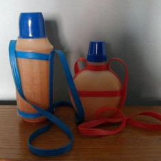 Set 2 bidoane plastic (bidon+plosca) vechi, de pionieri, epoca comunista, 1976