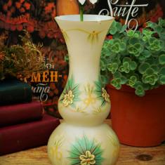 VAZĂ VECHE CONFECȚIONATĂ DIN OPALINĂ ALBĂ, FRUMOS DECOARTĂ CU FLORI ÎN RELIEF! - Vaza sticla