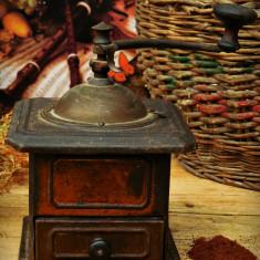 RÂȘNIȚĂ VECHE FUNCȚIONALĂ DIN TABLĂ ȘI ALAMĂ PT. MĂCINAT CAFEA, MAC, PIPER, ETC! - Metal/Fonta, Scule si unelte